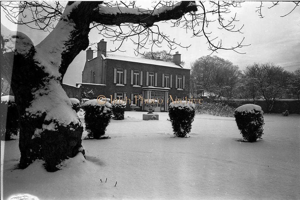 13/01/1963<br /> 01/13/1963<br /> 13 January 1963<br /> Snow scenes from , Co. Dublin. House and garden St Arnaud's, Merrion Road, Ballsbridgen covered in snow.
