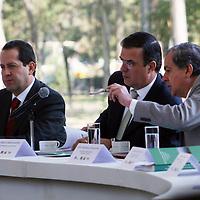 México, D.F.- Eruviel Ávila Villegas, gobernador del Estado de México  y Marcelo Ebrard Casaubon, Jefe de Gobierno del Distrito Federal  dieron inicio al Programa  ProAire 2011-2020 para mejorar la calidad del aire en la zona Metropolitana del Valle de México,  que tendrá un costo de más de 54 mil millones de pesos. Agencia MVT / José Hernández. (DIGITAL)