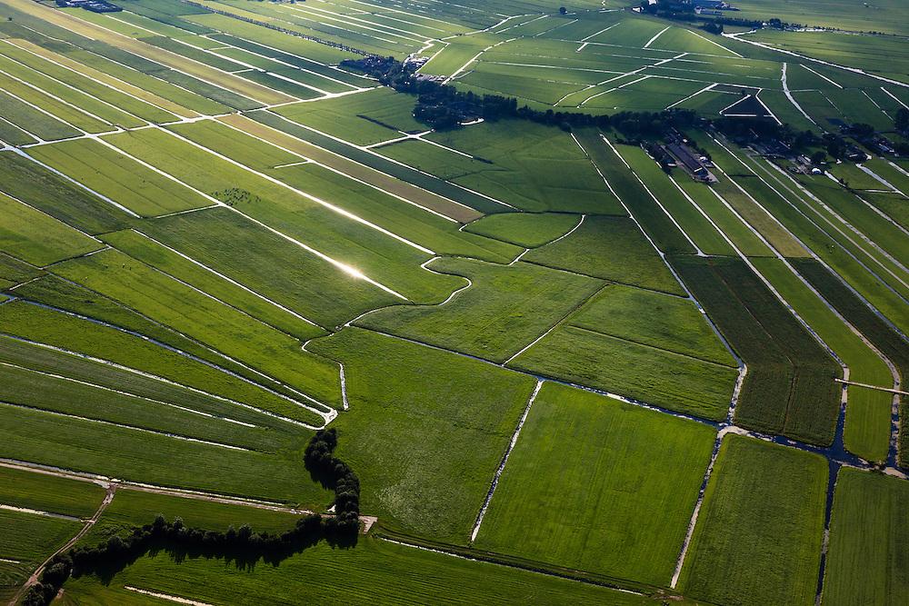 Nederland, Zuid-Holland, Gemeente Bodegraven, 15-07-2012; Noorzijderpolder, veenweidegbied tussen Bodegraven en Meije. Het landschap is ontstaan door het ontginnen van het veen (cope-ontginning). De Noordzijdskade (met bomen in de voorgrond) is een zogenaamde achterkade, scheidingtussen wel en niet ontgonnen veen.  .This polder and bog meadows area was created by the extraction of peat (land reclamation). luchtfoto (toeslag), aerial photo (additional fee required).foto/photo Siebe Swart