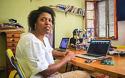 """PORTO ALEGRE, RS, BRASIL, 21-01-2017, 13h03'21"""":  Desiree dos Santos, 32, no Matehackers Hackerspace da Associação Cultural Vila Flores, no bairro Floresta da capital gaúcha. A  Consultora de Desenvolvimento de Software na empresa ThoughtWorks fala sobre as dificuldades enfrentadas por mulheres negras no mercado de trabalho.(Foto: Gustavo Roth / Agência Preview) © 21JAN17 Agência Preview - Banco de Imagens"""