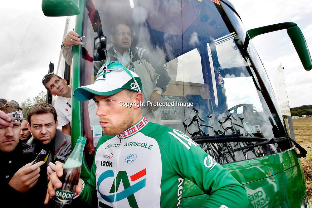 Plumelec, Frankrike 20080605:  Thor Hushovd etter den første etappen i Tour de France.  Her snakker han med pressen...Foto: Daniel Sannum Lauten/Dagbladet
