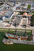 Nederland, Flevoland, Lelystad, 09-04-2008; de Batavia-werf met replica van het VOC-schip de Batavia in de voorgrond, op het tweede plan het casco van het historische schip de 7 Provincien (zeven), in de achtergrond factory outlet Bataviastad; op de werf worden herintredende jongeren begeleid; factoryoutlet, shopping mall, shopping village. .luchtfoto (toeslag); aerial photo (additional fee required); .foto Siebe Swart / photo Siebe Swart