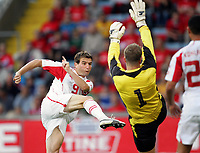 Fotball / Football<br /> Norway v Switzerland<br /> Norge v Sveits<br /> 17.08.2005<br /> Foto: Morten Olsen, Digitalsport<br /> <br /> Alexander Frei scorer 1-0 bak Thomas Myhre / Alexander Frei scoring 1-0 past Thomas Myhre