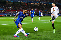 Danny Simpson of Leicester City is challenged by Sergio Escudero of Sevilla - Rogan Thomson/JMP - 22/02/2017 - FOOTBALL - Estadio Ramon Sanchez Pizjuan - Seville, Spain - Sevilla FC v Leicester City - UEFA Champions League Round of 16, 1st Leg.