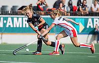 AMSTELVEEN -  Floor de Haan (Amsterdam) met Daphne Nikkels (Oranje Rood)  tijdens de hockey hoofdklasse competitiewedstrijd  dames, Amsterdam-Oranje Rood (2-1).  COPYRIGHT KOEN SUYK