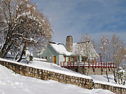 Cabaña en la nieve | poblado de Farellones / Chile.<br /> <br /> Edición de 10 | Víctor Santamaría.