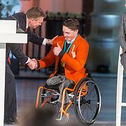 NLD/Den Haag/20180323 - Huldiging Olympische en Paralympische medaillewinnaars, Bruno Bruins, minister voor medische zorg en sport reikt de onderscheidingen uit aan Jeroen Kampscheer