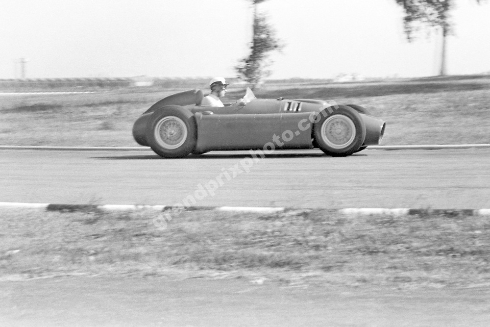 Eugenio Castelotti (Lancia) during practice for the 1955 Argentinean Grand Prix in Buenos Aires. Photo: Grand Prix Photo