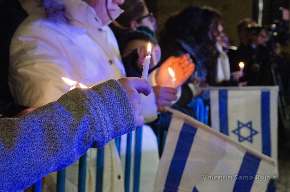 Madrid, Spain. 29th December, 2016. Hand of a kid holding a candle during Hanukkah celebration in Madrid. © Valentin Sama-Rojo.