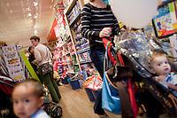 """7 Novembre, 2008. Brooklyn, New York.<br /> <br /> Mamma e figli sono qui presenti al Lulu's Cuts & Toys, una parruccheria per bambini e negozio di giocattoli a Park Slope, Brooklyn, NY. Park Slope, spesso definito dai newyorkesi come """"The Slope"""", è un quartiere nella zona ovest di Brooklyn, New York, e confinante con Prospect Park.  Park Slope è un quartiere benestante che ha il maggior numero di nascite, la qualità della vita più alta e principalmente abitato da una classe media di razza bianca. Per questi motivi molte giovani coppie e famiglie decidono di trasferirsi dalle altre municipalità di New York a Park Slope. Dal punto di vista architettonico, il quartiere è caratterizzato dai brownstones, un tipo di costruzione molto frequente a New York, e da Prospect Park.<br /> <br /> ©2008 Gianni Cipriano for The New York Times<br /> cell. +1 646 465 2168 (USA)<br /> cell. +1 328 567 7923 (Italy)<br /> gianni@giannicipriano.com<br /> www.giannicipriano.com"""