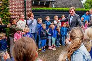 Koning Willem-Alexander brengt op dinsdagmorgen 6 juni een bezoek aan 'Het Behouden Huis' in Oudkars
