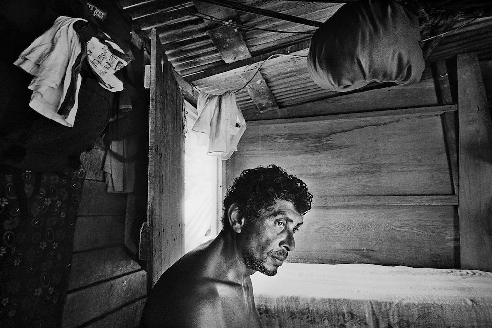 French guyana, maripasoula, maroni.<br /> <br /> Garimpeiro. L'Amazonie n'est pas mieux contrôlee en Guyane française qu'au Bresil ou au Surinam. Capitale de l'orpaillage sur le Maroni, Maripasoula, mais aussi Saint-Elie ou Camopi, autres communes isolees, voient se multiplier les chantiers clandestins de chercheurs d'or.<br /> Braquages ou reglements de comptes, on entend parler d'exactions. On parle de milices, tortures, expeditions punitives et executions entre garimpeiros. Au pays de la rumeur, la legende s'installe, pas toujours verifiable.<br /> <br /> L'amalgame est ici facile entre « orpaillage clandestin » et « orpaillage imputable aux etrangers clandestins ». Pompes et pelles mecaniques, les techniques et la main d'œuvre sont bresiliennes, le garimpeiro venu gagner sa vie sur le territoire français est facilement livre a la vindicte populaire. Autour de Maripasoula, la majorite des exploitations dependent de patrons orpailleurs français.