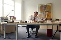 02 MAY 2002, BERLIN/GERMANY:<br /> Matthias Machnig, SPD Bundesgeschaeftsfuehrer, an seinem Schreibtisch, in seinem Buero, in der Kampa02, der Wahlkampfzentrale der SPD fuer die Bundestagswahl 2002, Oranienburger Strasse 67/68, Berlin-Mitte<br /> IMAGE: 20020502-01-010<br /> KEYWORDS: Kampa 02, Büro, Desk, office