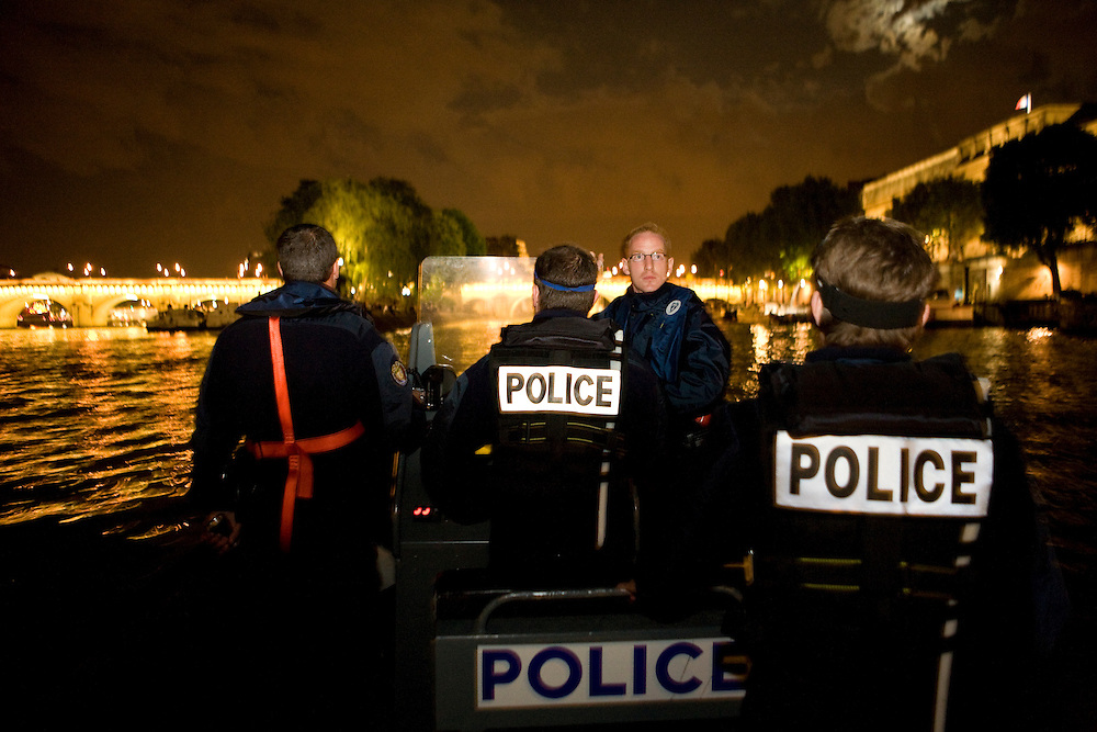 Paris, France. 7 Mai 2009..Brigade Fluviale de Paris..23h08 Ronde de surveillance sur la Seine...Paris, France. May 7th 2009..Paris fluvial squad..11:08 pm Night watching patrol on the Seine...