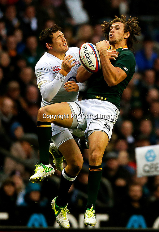 epa03484808 Alex Goode (L) of England in action against Zane Kirchner (R) of South Africa during the Rugby Union QBE Internationals match between England and South Africa at Twickenham Stadium in London, Britain, 24 November 2012.  EPA/KERIM OKTEN