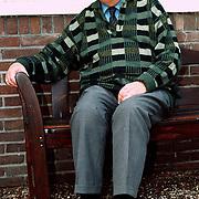 Cees Schilperoort voor zijn woning op bank v/d Helstlaan 26 Hilversum
