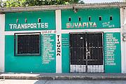 Frente a la garita migratoria de Tapachula, un sitio ofrece viajes a diversos puntos migratorios en puntos fronterizos en el norte de México. (Foto: Prometeo Lucero)