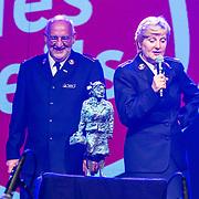 NLD/Hilversum/20140517 - Edwin van der Sar Foundation ontvangt de Majoor Bosshardt Prijs 2014, Edwin van der Sar en partner Annemarie met de prijs, de majoor Bosshardt award