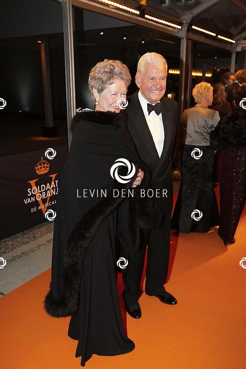 KATWIJK - Jaap Rost Onnes en partner Mary zaterdag op de oranje loper van de galapremiere van Soldaat van Oranje - de Musical in de Theater Hangaar op de oude vliegbasis Valkenburg bij Katwijk. FOTO LEVIN DEN BOER - PERSFOTO.NU
