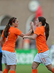 20-05-2015 NED: Nederland - Estland vrouwen, Rotterdam<br /> Oefeninterland Nederlands vrouwenelftal tegen Estland. Dit is een 'uitzwaaiwedstrijd'; het is de laatste wedstrijd die de Nederlandse vrouwen spelen in Nederland, voorafgaand aan het WK damesvoetbal 2015 / Daniëlle van de Donk #11 scoort de 3-0, Vanity Lewerissa #7