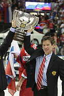 Trainer Slawa Bykov (RUS) mit dem Pokal © Thomas Oswald
