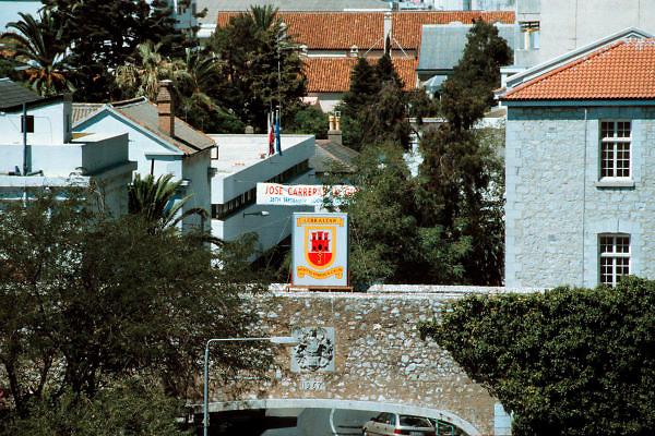 Spanje, Gibraltar, 10-9-2004..Het wapen van Gibraltar. Links daarachter het gemeentehuis. De rots is een historisch en strategisch punt. Geschiedenis, koude oorlog. Deze loop is gericht op Algeciras in Spanje...Britse kroonkolonie. Spanje wil de rots terug...Foto: Flip Franssen/Hollandse Hoogte