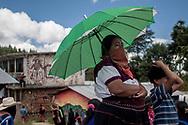 Una donna zapatista guarda uno spettacolo teatrale del CompArte