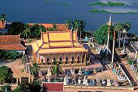 Asie du Sud Est, Cambodge, lac de Tonle Sap, Réserve de la Biosphère, Patrimoine UNESCO en 1997, village flottant de pêcheurs vietnamiens de Chong Kneas, temple bouddhiste // Southeast Asia, Cambodia, Tonle Sap lake, Biosphere reserve of UNESCO in 1997, Chong Kneas, floating vietnamien village, buddhist temple
