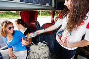 Bij de busopstapplaats bij Muziekcentrum Vredenburg Leidche Rijn in Utrecht, ook wel de Rode Doos genoemd, deelt de GG&GD Utrecht condooms en informatiepakketten over veilig vrijen uit aan jongeren die met de bus op vakantie gaan. Met de actie hoopt de GG&GD het aantal SOA's te verminderen en jongeren bewust te maken van seksuele aandoeningen. Juist bij jongeren die op reis gaan, wordt vaak onveilig gevreeën.<br /> <br /> Youth going on a holiday are given free condoms and information about safe sex by the Dutch health organization.