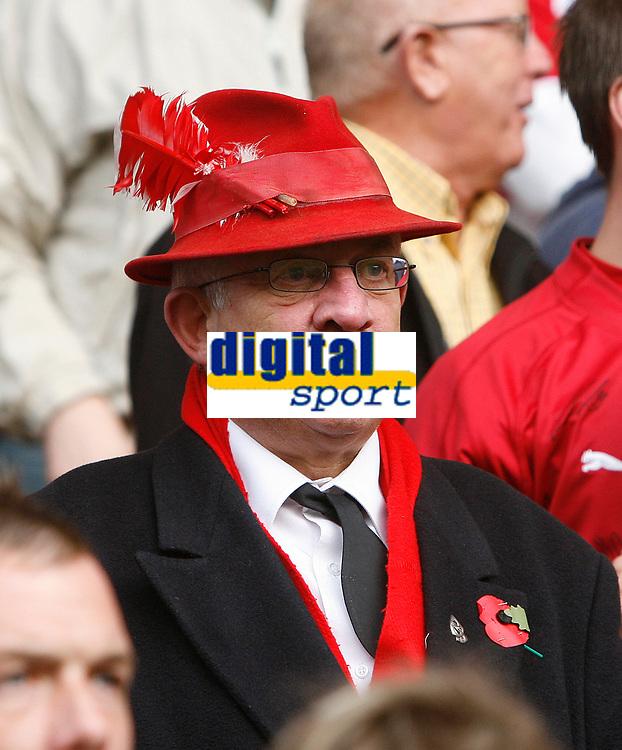 Photo: Steve Bond/Sportsbeat Images.<br />Wolverhampton Wanderers v Bristol City. Coca Cola Championship. 03/11/2007. Robins fan