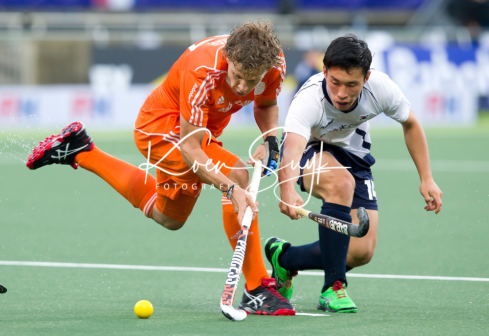 DEN HAAG - Constantijn KJonker in duel met Hyesung Hyun van Koreatijdens de wedstrijd tussen de mannen van Nederland en Korea in de World Cup hockey 2014. ANP KOEN SUYK