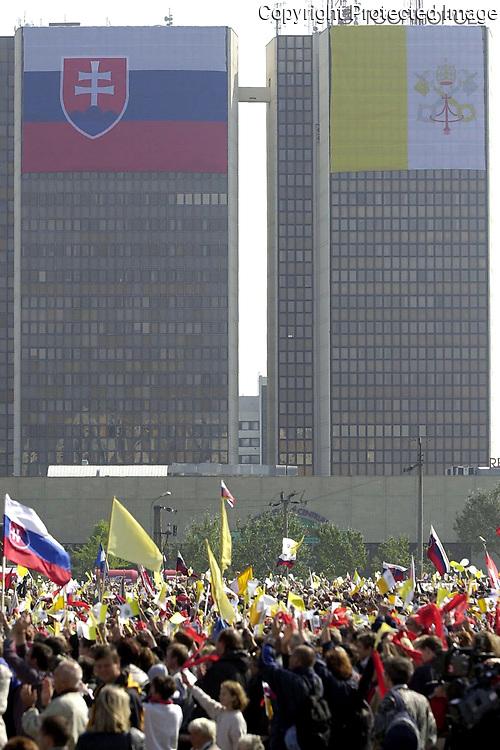 Účastníci omše, ktorú 14. septembra 2003 v Bratislave celebroval pápež Ján Pavol II. Foto : TASR - Daniel Veselský