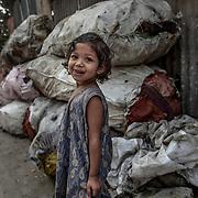 20190204 Calcutta, West Bengal Indien<br /> Södra Kolkata<br /> Plats och gummi återvinning i utkanten av södra Calcutta<br /> Porträtt av en liten flicka<br /> <br /> FOTO : JOACHIM NYWALL KOD 0708840825_1<br /> COPYRIGHT JOACHIM NYWALL<br /> <br /> ***BETALBILD***<br /> Redovisas till <br /> NYWALL MEDIA AB<br /> Strandgatan 30<br /> 461 31 Trollhättan<br /> Prislista enl BLF , om inget annat avtalas.
