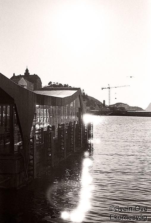 Sola skinner over hurtigbåtterminalen på Skansekaia i Ålesund.<br /> Foto: Svein Ove Ekornesvåg