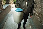 Nederland 1999Collecteren, collectebus,gift voor goed doelFoto: Flip Franssen/Hollandse Hoogte