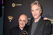 Uitreiking van de Gouden RadioRing 2017 tijdens de .<br /> radiovakprijzen in Theater Gooiland.<br /> <br /> Op de foto:    Adam Curry krijgt de Marconi Oeuvre Award van Frits Spits