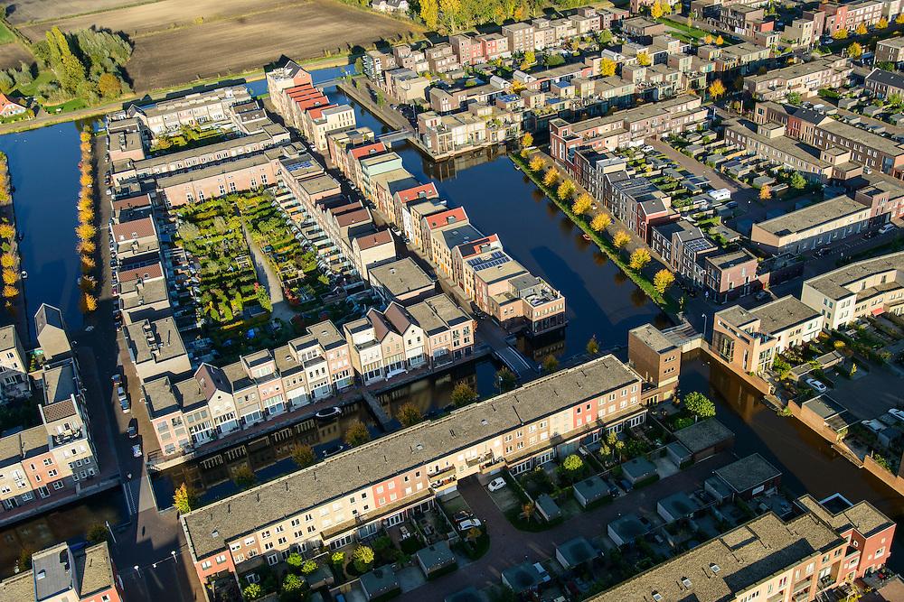 Nederland, Utrecht, Amersfoort, 24-10-2013; de wijk Vathorst, deelplan De Laak. Het stedenbouwkundig plan (van de stedebouwkundigen West8 met Adriaan Geuze ). Grachtenstad met imitatie grachtenpanden.  De nieuwe wijk grenst aan de polders tussen Bunschoten-Spakenburg en Nijkerk.<br /> New housing district Vathorst in Amersfoort, the urban plan of this Canal City, is based on canals with canal house-style houses. Developed by the urban development agency West8, Adriaan Geuze.<br /> luchtfoto (toeslag op standaard tarieven);<br /> aerial photo (additional fee required);<br /> copyright foto/photo Siebe Swa