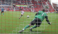 Fotball<br /> England 2005/2006<br /> Foto: SBI/Digitalsport<br /> NORWAY ONLY<br /> <br /> Stoke City v Manchester City<br /> Pre Season Friendly.<br /> 30/07/2005.<br /> <br /> Keeper, David James goes to his right and saves the penalty from Mamady Sidibe