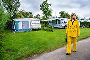 Koningin Maxima tijdens een werkbezoek aan de toeristische sector in de provincie Zeeland. Het werkbezoek staat in het teken van de impact van de coronamaatregelen op bedrijven in het toerisme en het vrijetijdsdomein. Aansluitend bezoekt Koningin Máxima camping Ons Buiten in Oostkapelle. Tijdens een wandeling over het terrein krijgt Koningin Máxima uitleg over de investeringen die zijn gedaan voor meer capaciteit aan sanitaire ruimtes<br /> <br /> Queen Maxima during a working visit to the tourism sector in the province of Zeeland. The working visit focuses on the impact of the corona measures on companies in tourism and the leisure domain. Queen Máxima will then visit the Ons Buiten campsite in Oostkapelle. During a walk on the site, Queen Máxima will receive an explanation of the investments that have been made for more capacity in sanitary facilities