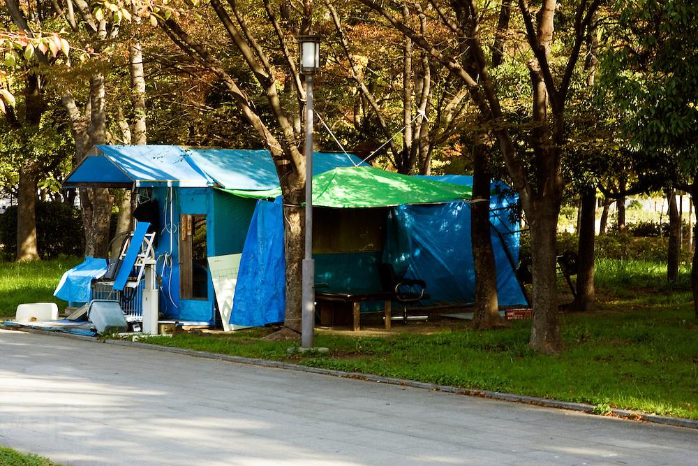 Zwervers in Osaka hebben met afval een woning gebouwd