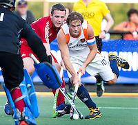 DEN BOSCH -  Roel Bovendeert (r) in duel met de Engelsman Andrew Bull, tijdens de wedstrijd tussen de mannen van Jong Oranje  en Jong Engeland, tijdens het Europees Kampioenschap Hockey -21. ANP KOEN SUYK