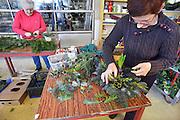 Nederland, Leuth, 13-12-2012In een schuur van een kerstbomenteler worden kerststukjes gemaakt. Het zijn bestellingen van bedrijven of particulieren.Foto: Flip Franssen/Hollandse Hoogte