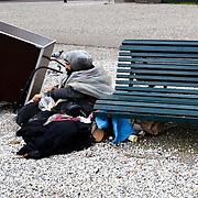 Nederland Den Haag 6 september 2008 Foto: David Rozing .Zwerver met tassen vol spullen/ prullen die hij heeft verzameld in de omgeving van Centraal Station. De man verzameld dwangmatig van alles en nog wat en bewaart dit in zijn tassen die hij deze aan zich vastgeknoopt, hij ziet zijn verzameling als kunst. Ook dienen ze om hem warm te houden...Foto David Rozing