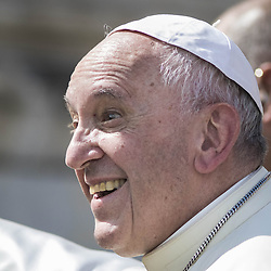September 21, 2016 - Vatican City, Vatican - Pope Francis reacts as he leaves at the end of his Weekly General Audience in St. Peter's Square in Vatican City, Vatican on September 21, 2016. his Weekly General Audience in St. Peter's Square in Vatican City, Vatican on September 21, 2016. (Credit Image: © Giuseppe Ciccia/Pacific Press via ZUMA Wire)