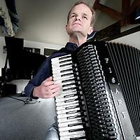 Nederland.Ophemert.3 april 2007..al spelende op zijn accordion in zijn studio.