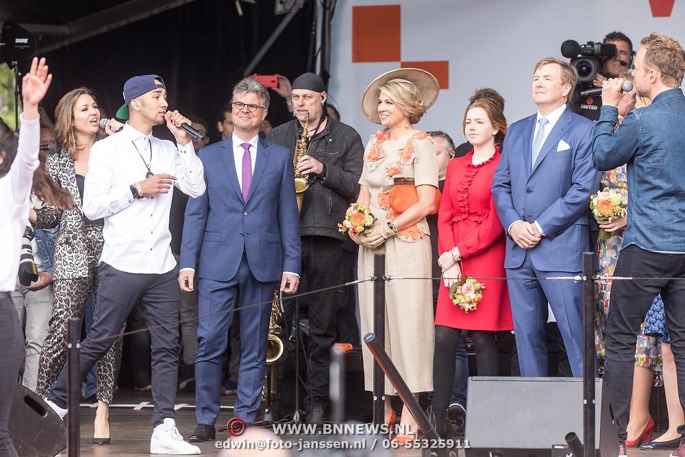 NLD/Amersfoort/20190427 - Koningsdag Amersfoort 2019, Koning Willem Alexander met Koningin Maxima en de prinsessen Amalia, Alexia, en Ariane luisteren naar Wudstik en Digi Dex