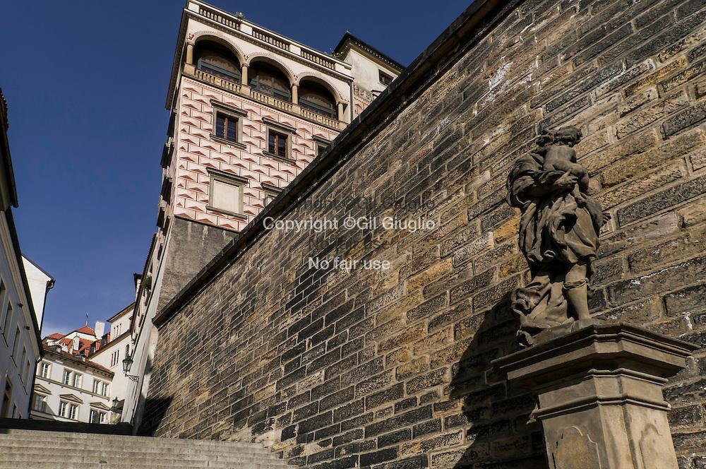 République Tchèque, Prague, Hradcany, escalier au bas de la place Hradcanské au Château // Czech Republic, Prague, Hradcany, down stair of Hradcanske square and  Castle