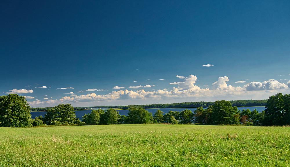 Trygort, 2018.07.07. Mazurski krajobraz, widok na jezioro Mamry w Trygorcie koło Węgorzewa.