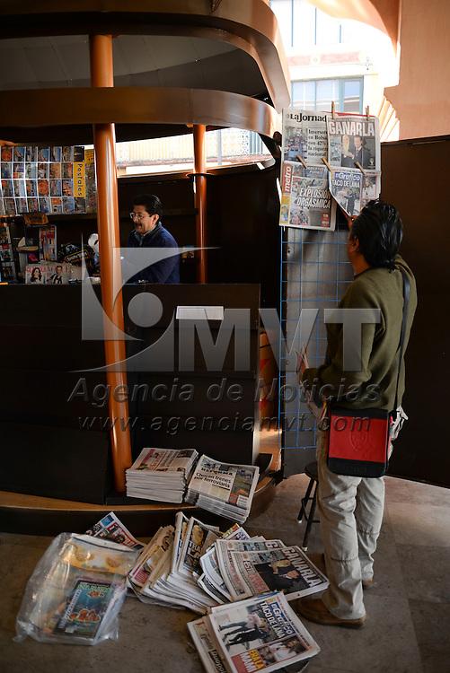 Toluca, México.- 5 puestos de periódicos, 15 alacenas para vendedores de billetes de lotería y 15 módulos dobles para los boleros  fueron instalados en los Portales de Toluca, sustituyendo las viejas alacenas que se encontraban en el lugar. Agencia MVT / Crisanta Espinosa