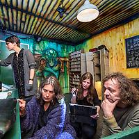 """Nederland, Amsterdam, 12 mei 2017.<br />Deelnemers aan de escaperoom van Danstheater AYA proberen via """"hints"""" hun weg naar buiten te vinden.<br /><br /><br /><br />Foto: Jean-Pierre Jans"""